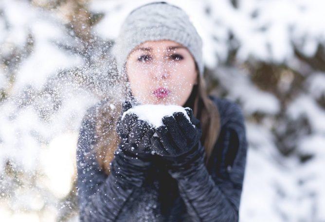 Sniegą vis dažniau ragauja ne tik vaikai – mokėkite tai daryti