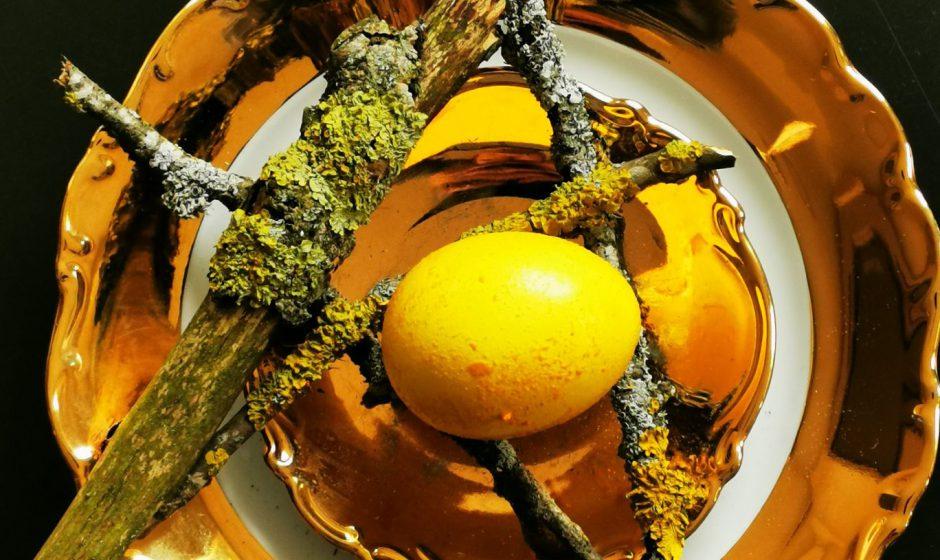 Kiaušinių dažymas natūraliais produktais: arbata, prieskoniai, žolelės, uogos (video)